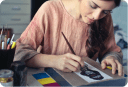Imagem ilustrativa mostrando uma jovem pintando um quadro
