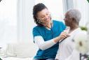 Imagem ilustrativa com profissional da saúde cuidando de uma paciente idosa